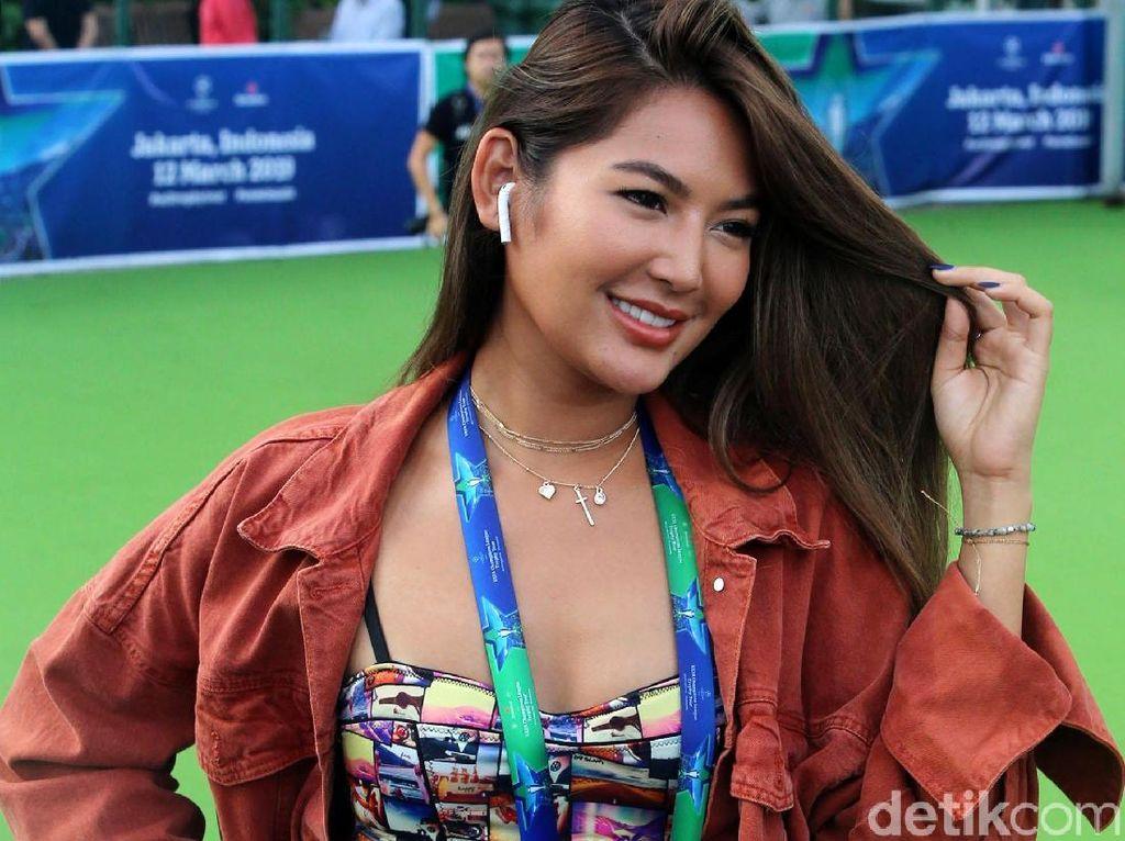 Senyum Maria Selena Bikin Puyol Semangat Main Futsal