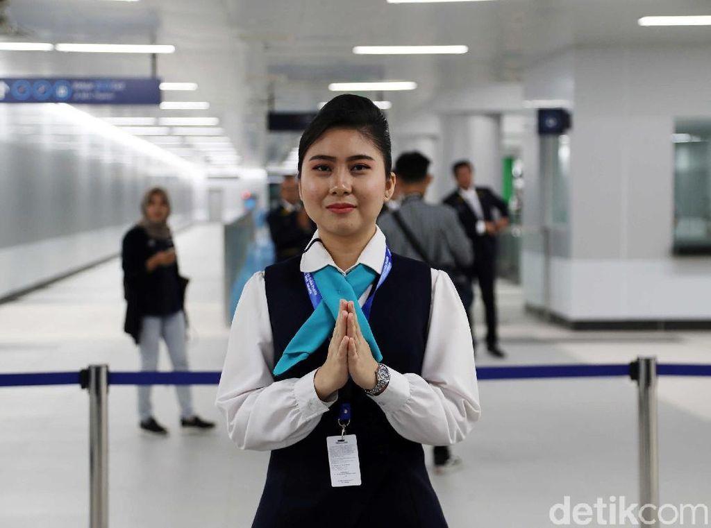 Senyum Ramah Kru MRT Jakarta Sapa Penumpang