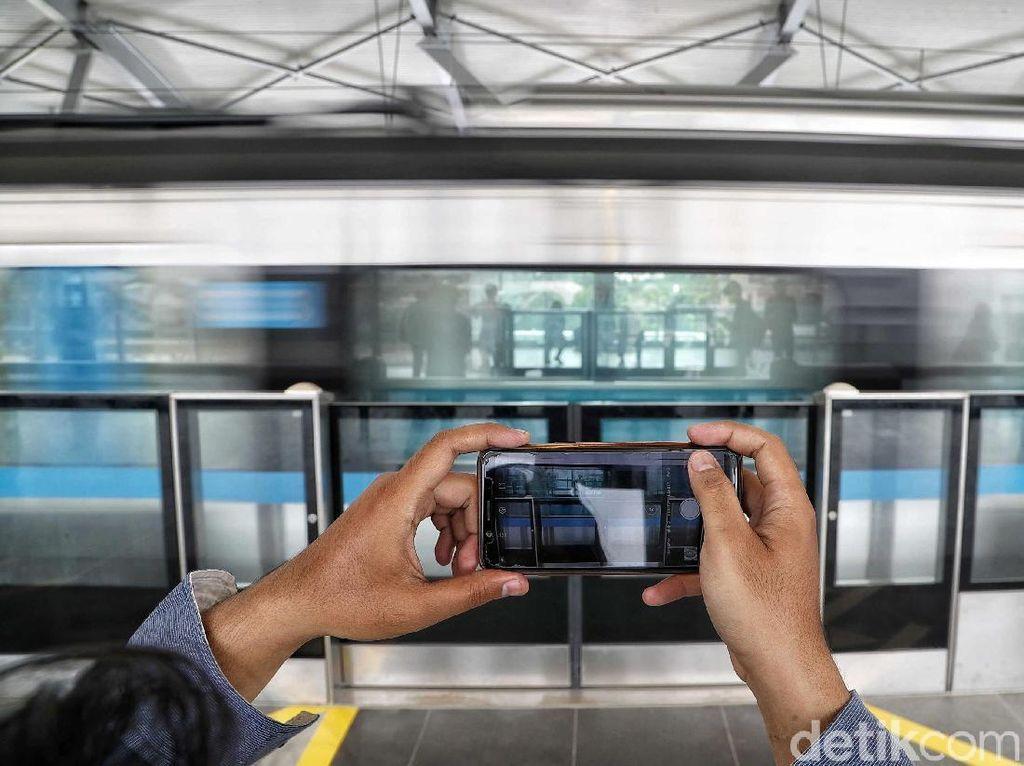 Pengguna MRT Jakarta Asyik Selfie hingga Ngevlog Saat Uji Coba