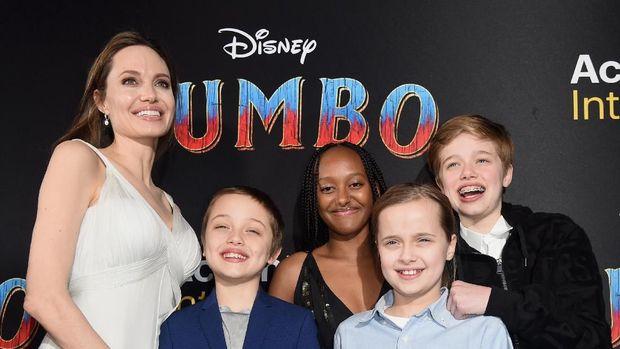 Angelina Jolie bersama anak-anaknya