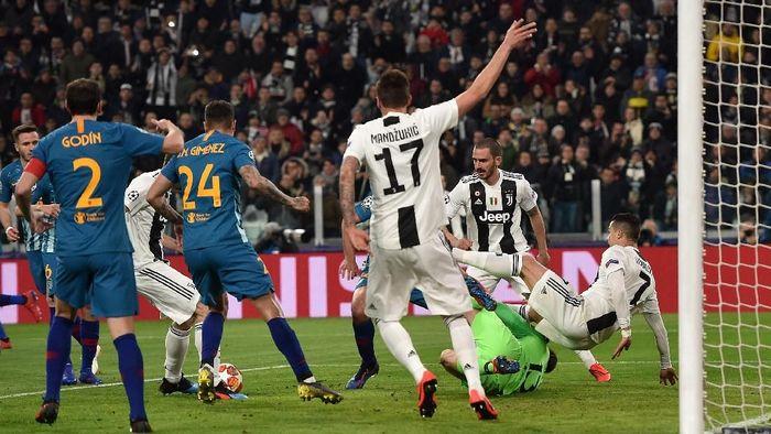 Juve berhasil melesakkan gol di menit keempat lewat Giorgio Chiellini. Wasit menganulir gol tersebut setelah Cristiano Ronaldo lebih dulu melanggar Jan Oblak. (Foto: Tullio M. Puglia/Getty Images)