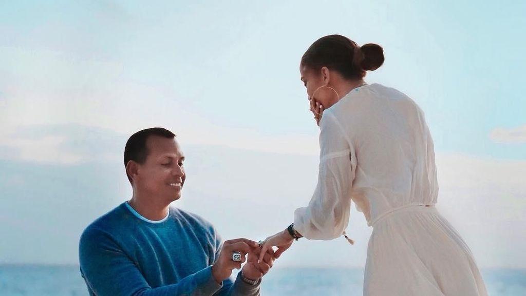 Foto: Momen Romantis Jennifer Lopez Dilamar Alex Rodriguez di Pantai