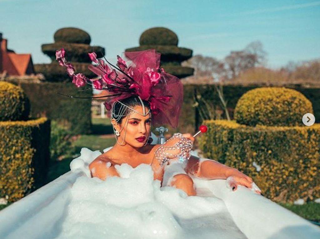 Sstt... Priyanka Chopra Sembunyikan Ini di Gaun Miss World 2000