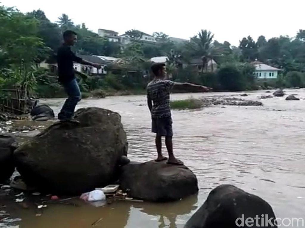 Aksi Heroik 2 Pemuda Selamatkan Bocah Hanyut di Sukabumi