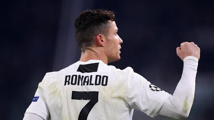 Cristiano Ronaldo mendapatkan sambutan meriah di sebuah restoran di Turin usai meloloskan Juventus. (Foto: Alberto Lingria/REUTERS)