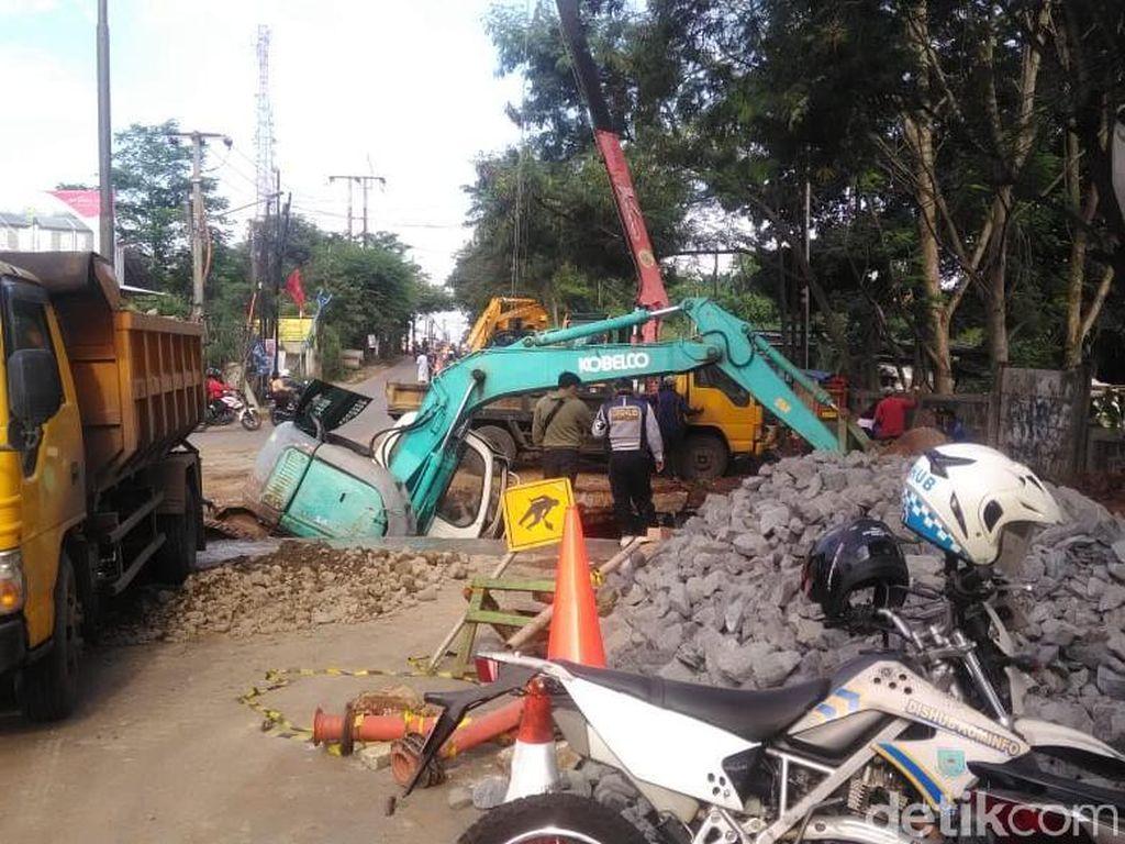 Ada Perbaikan Jalan Amblas di Serpong, Lalin Macet