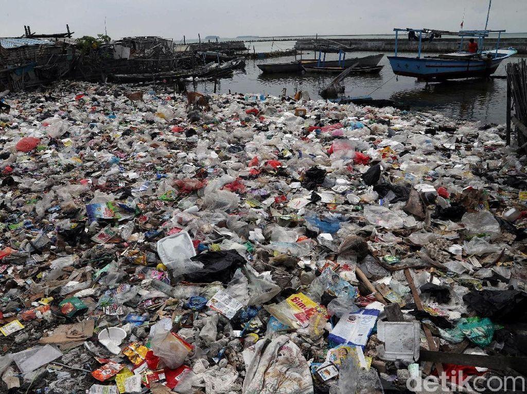 Potret Sampah Plastik Kepung Pulau Terluar Jakarta