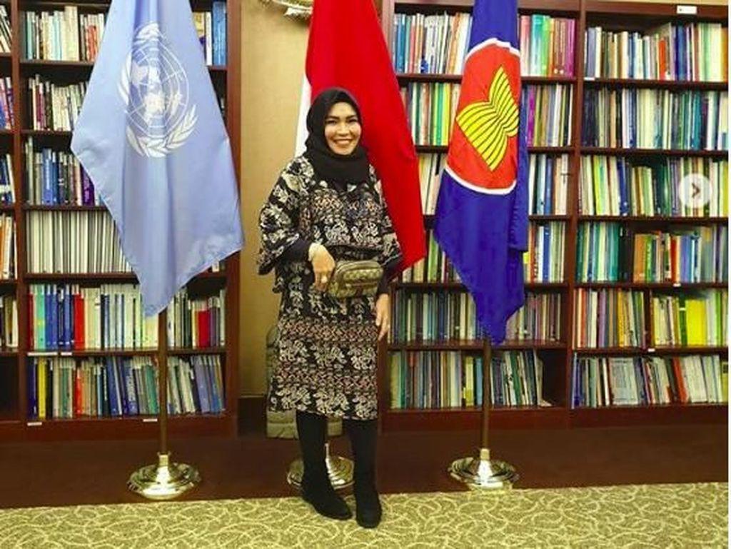 Mantul! Ibunda Ayu Ting Ting Eksis di Acara PBB