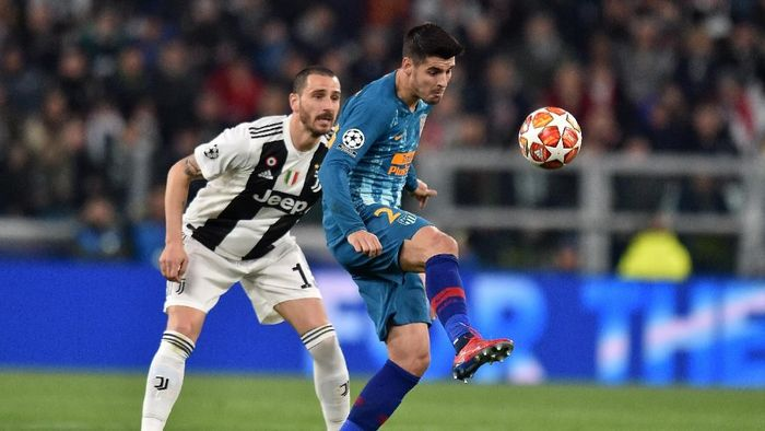 TURIN, ITALY - MARCH 12: Alvaro Morata (R) of Atletico Madrid controls the ball as Leonardo Bonucci of Juventus tackles during the UEFA Champions League Round of 16 Second Leg match between Juventus and Club de Atletico Madrid at Allianz Stadium on March 12, 2019 in Turin, Italy. (Photo by Tullio M. Puglia/Getty Images)