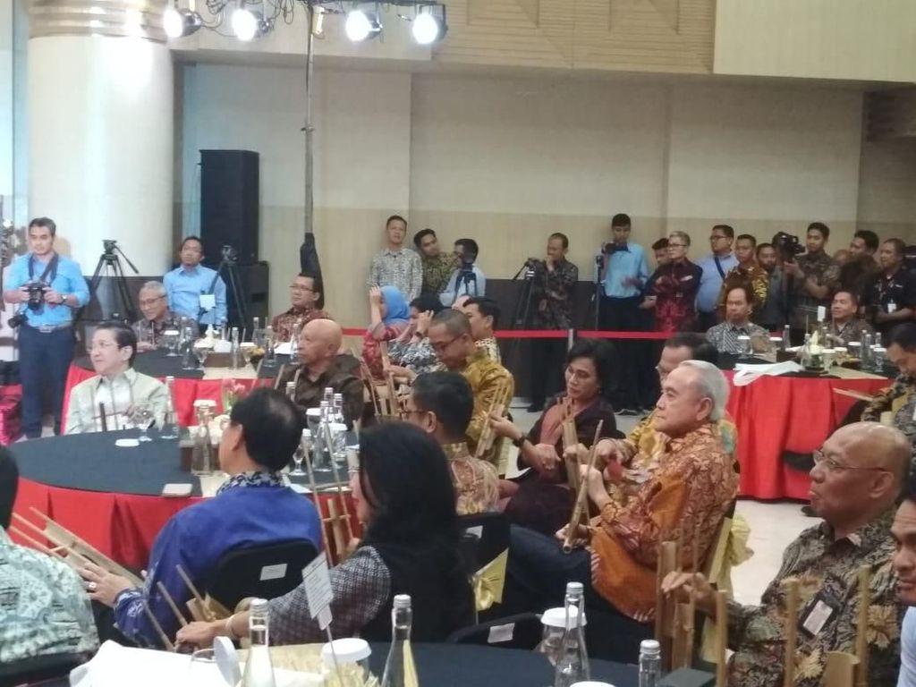 Momen Sri Mulyani Main Angklung Bareng Bos Freeport hingga BCA