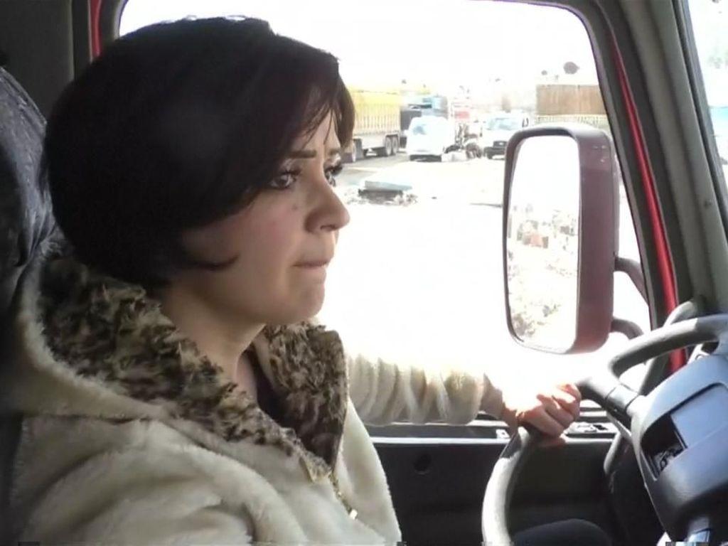 Wajah Cantik di Belakang Kemudi Truk Suriah