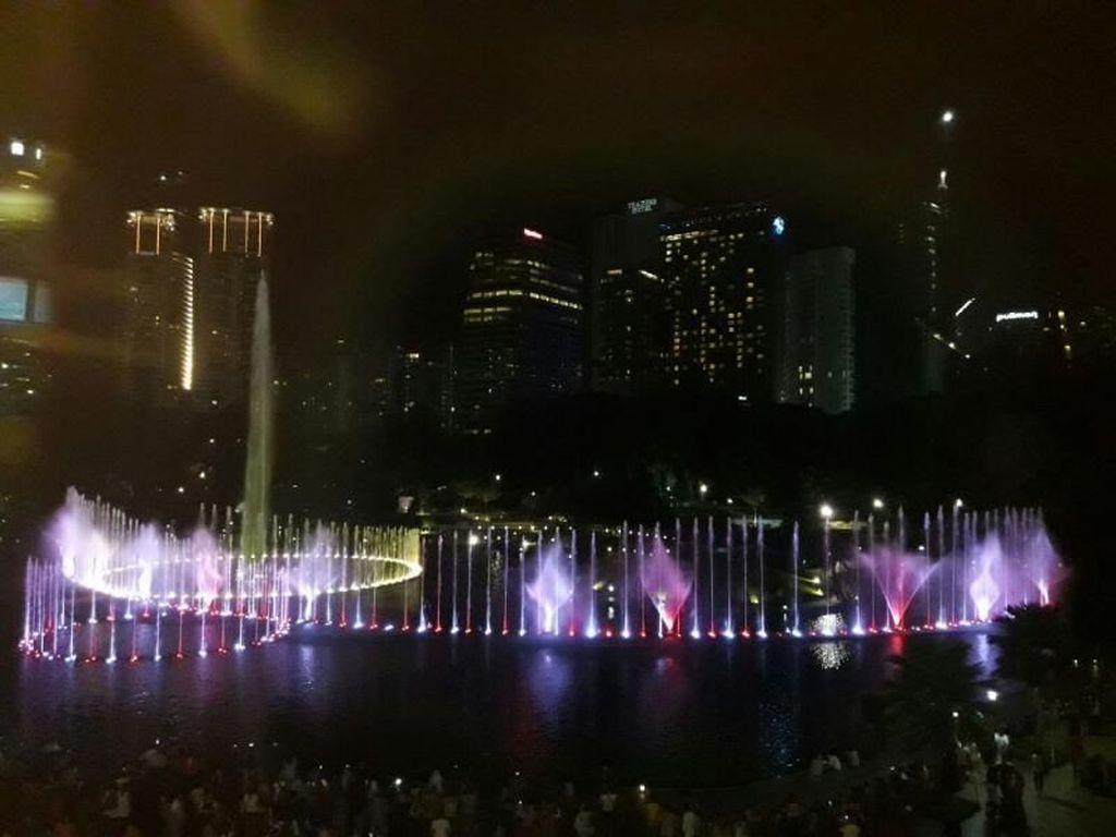 Air Mancur Menari Menara Petronas, Keren!