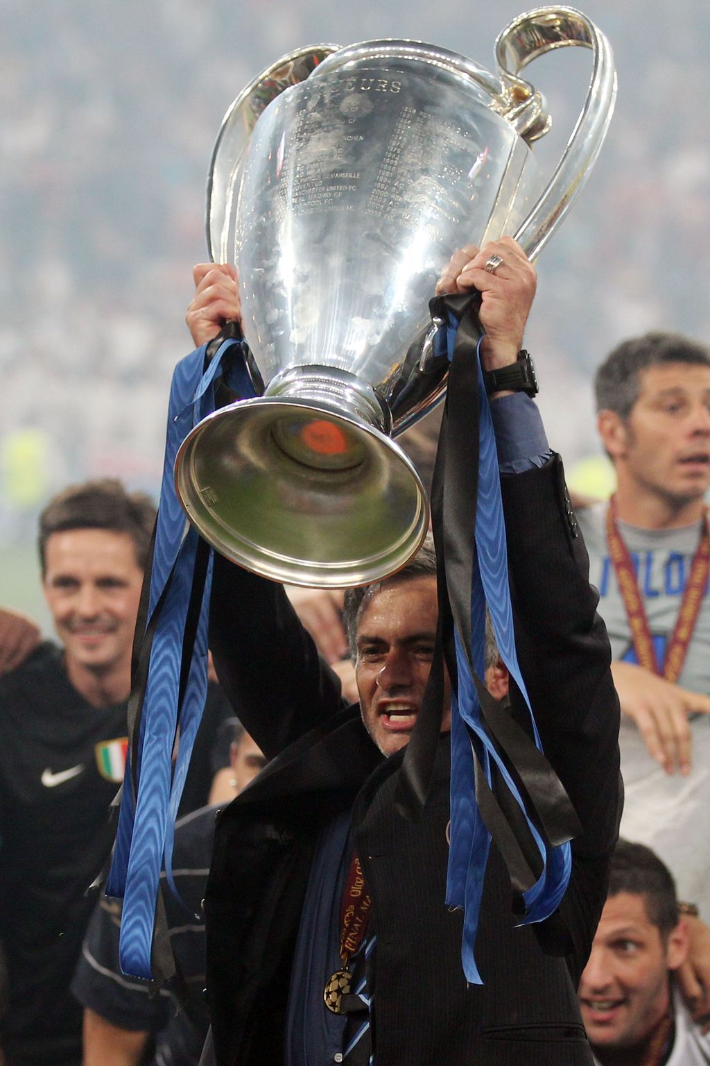 MADRID, SPAIN - MAY 22:  Head coach Jose Mourinho of Inter Milan lifts the UEFA Champions League trophy following their team's victory at the end of the UEFA Champions League Final match between FC Bayern Muenchen and Inter Milan at the Estadio Santiago Bernabeu on May 22, 2010 in Madrid, Spain.  (Photo by Alex Livesey/Getty Images)