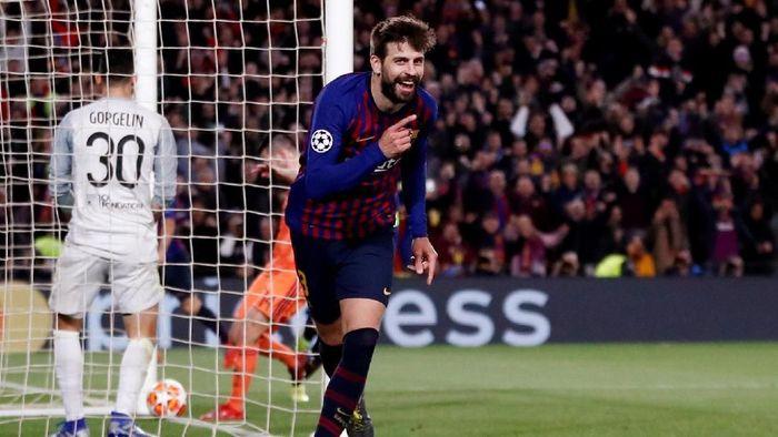Gerard Pique mencetak satu gol saat Barcelona menang 5-1 atas Lyon di leg kedua babak 16 besar Liga Champions (Foto: Juan Medina/Reuters)