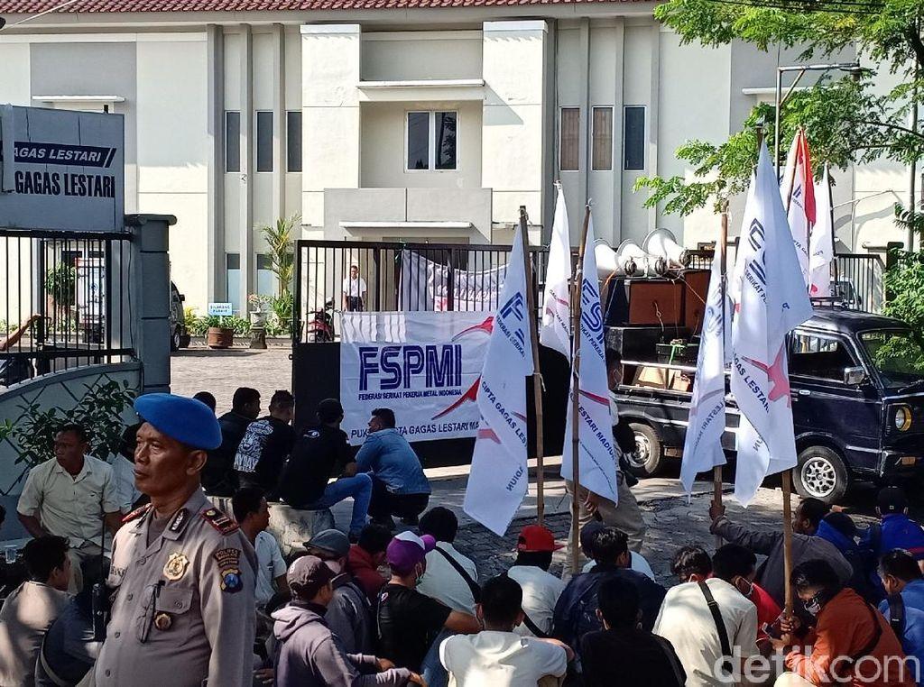 Rekan Di-PHK Sepihak, Puluhan Buruh Pabrik di Kota Madiun Mogok Kerja
