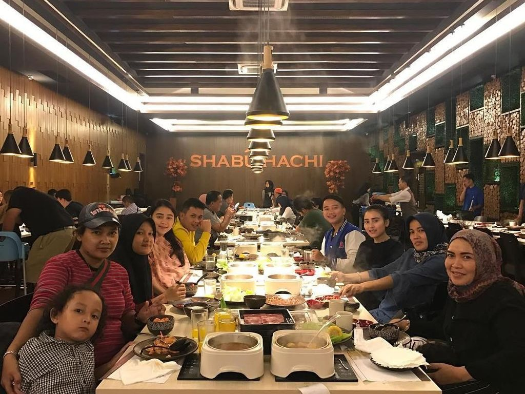 Ikut Acara PBB di New York, Intip Gaya Kuliner Ibu Ayu Ting Ting Bareng Keluarga
