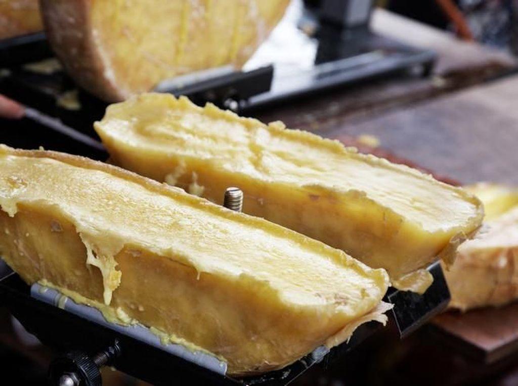 Kenali Keju Raclette, Si Mulur Meleleh yang Sedang Populer