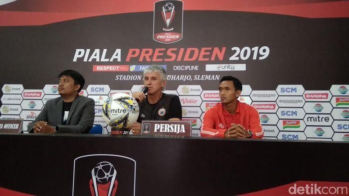 Ivan Kolev (tengah) dalam konferensi pers jelang laga Persija Jakarta vs PSS Sleman. (Foto: Ristu Hanafi/detikcom)