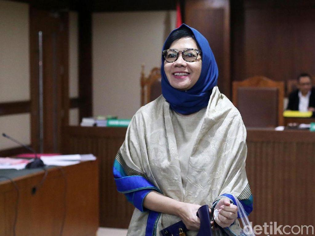 Karen Umbar Senyuman di Sidang Lanjutan Kasus Korupsi