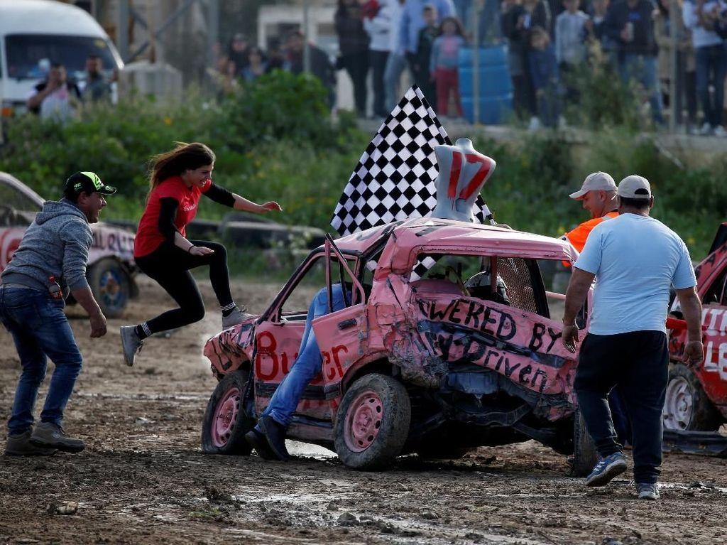 Di Malta Ada Lomba Khusus Wanita Hancurkan Mobil Lho