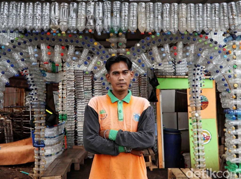 Keren Banget! Petugas UPK Badan Air Bikin Rumah dari Botol Plastik