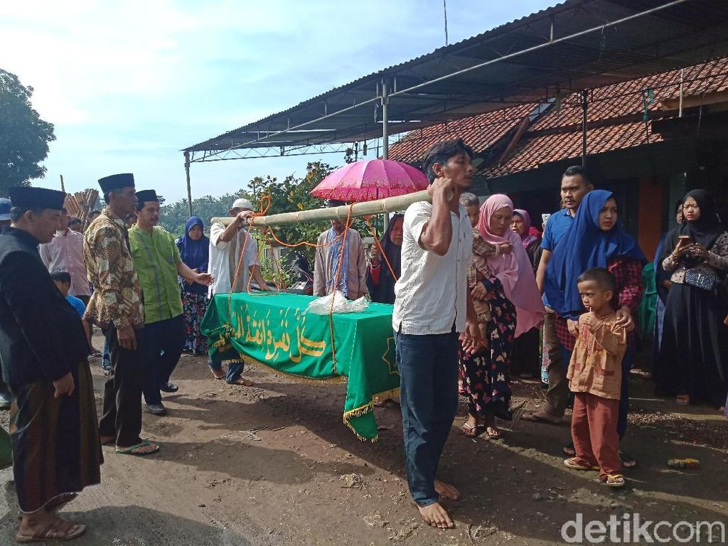 Pemakaman Ai Munawaroh Korban Mutilasi di Malaysia Penuh Haru