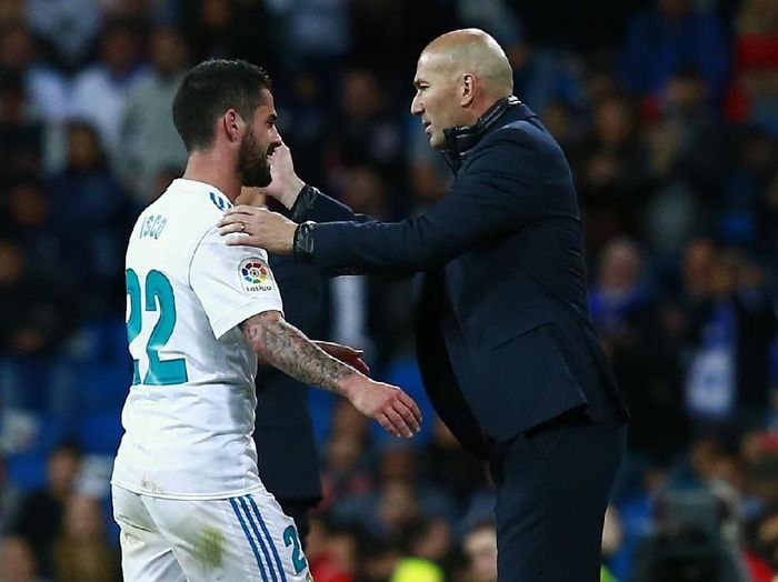 MADRID, SPAIN - MAY 12:  Francisco Roman Alarcon alias Iscod (L) of Real Madrid CF is greeted by his coach Zinedine Zidane (R) as he leaves the pitch during the La Liga match between Real Madrid and Celta de Vigo at Estadio Santiago Bernabeu on May 12, 2018 in Madrid, Spain. (Photo by Gonzalo Arroyo Moreno/Getty Images)