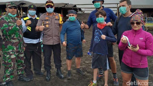 Semburan Abu Vulkanik Bromo, Wisatawan Dibagikan Masker