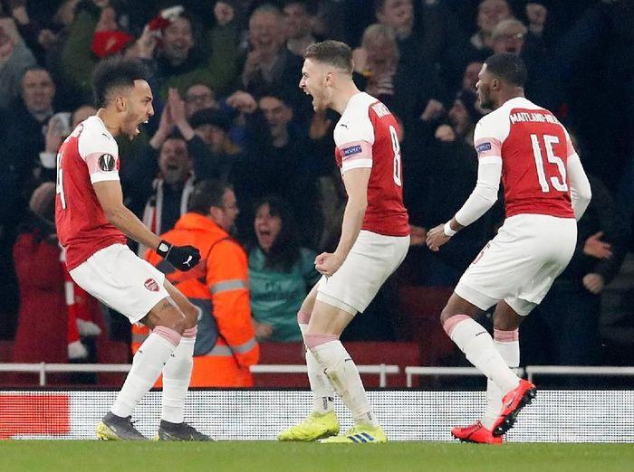 Pierre-Emerick Aubameyang membukukan gol pada menit kelima. Dia menyambut bola sodoran Aaron Ramsey. (Foto: David Klein/Reuters)