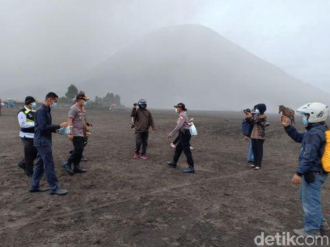 Petugas Gabungan bagikan masker di area Gunung Bromo
