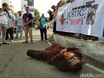 Pakai Topeng Orang Utan, Aktivis di Aceh Kecam Penembak Hope