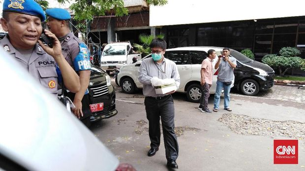 Pihak yang diduga penyidik KPK dan sejumlah petugas kepolisian di dekat ruang pemeriksaan terhadap Romi.