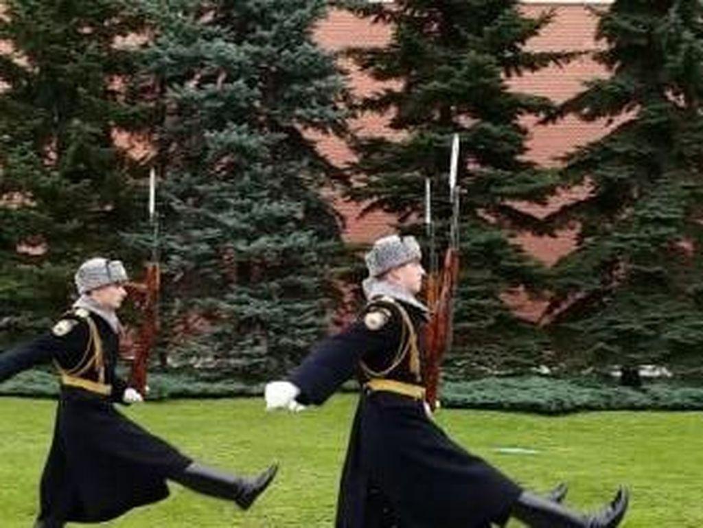 Melihat Aksi Tentara Ganteng Ganti Shift di Moskow