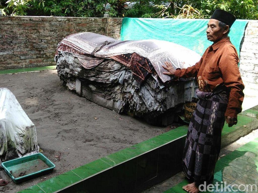 Banyak Caleg ke Makam Mbah Lancing, Jika Menang Letakkan Selembar Batik