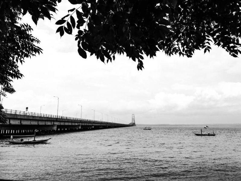 Sudah Tahu? Ada Pantai Tersembunyi Dekat Jembatan Suramadu
