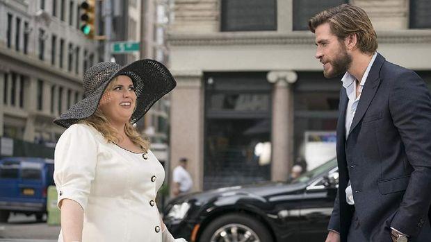 Natalie (Rebel Wilson) dan Blake (Liam Hemsworth) di 'Isn't It Romantic'.