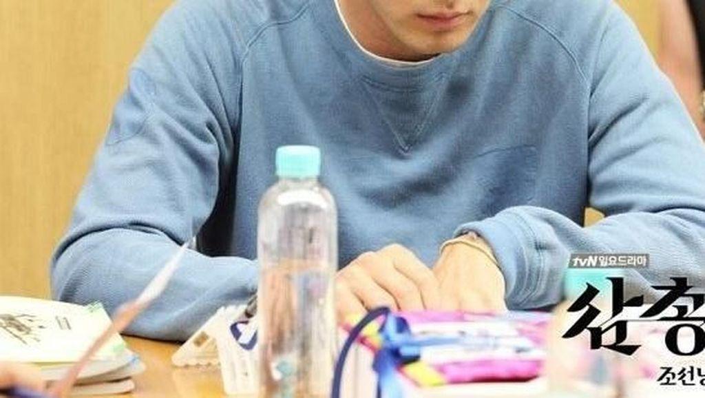 Pose Keren Lee Jin-wook, Pemeran Voice 2 Saat Ngemil Lolipop dan Ngopi