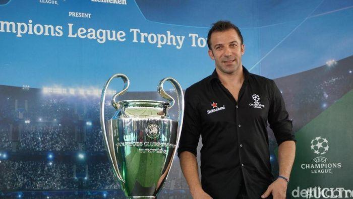 Alessandro del Piero dengan trofi Liga Champions tiba di Bali.