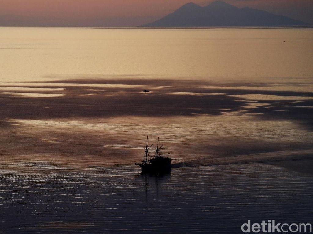 Indah Banget! Senja dari Ketinggian Pantai Atlantis Labuan Bajo