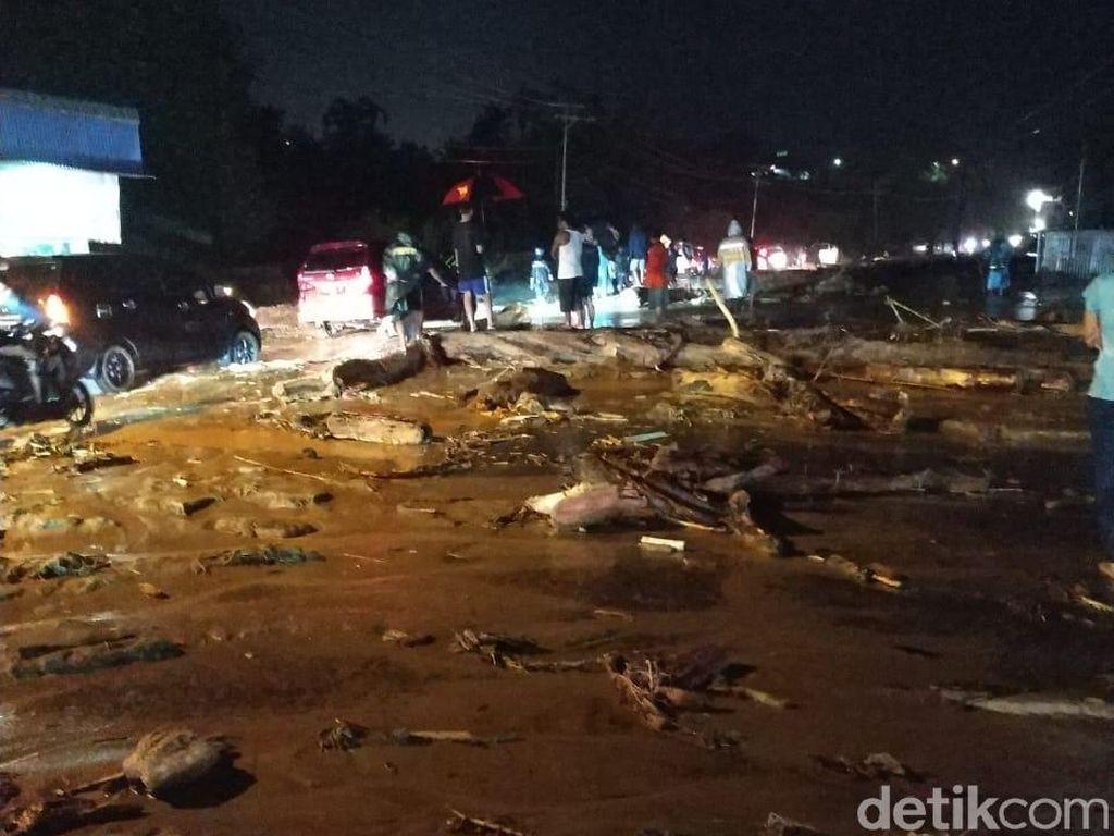 Sisir Lokasi Banjir Bandang Sentani, Tim TNI Temukan 1 Peti Uang