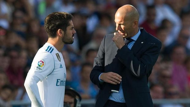 GETAFE, SPAIN - OCTOBER 14: Head coach Zinedine Zidane of Real Madrid CF has a word with Isco Alarcon before putting him on during the La Liga match between Getafe and Real Madrid at Coliseum Alfonso Perez on October 14, 2017 in Getafe, Spain. (Photo by Denis Doyle/Getty Images)
