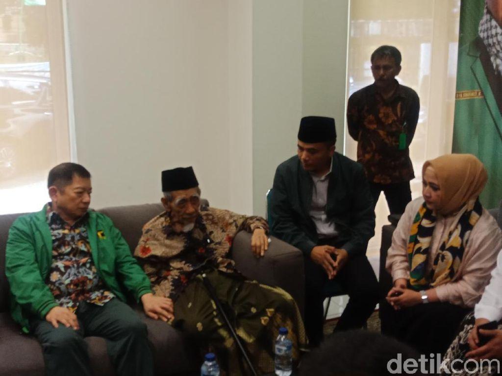 Mbah Moen Sambangi PPP untuk Rapat Penetapan Status Romahurmuziy