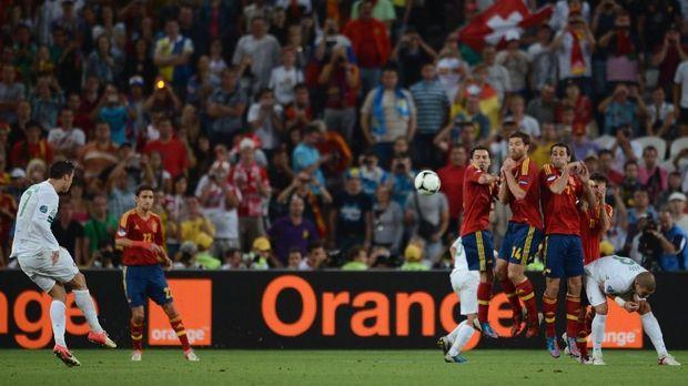 Cristiano Ronaldo saat menjadi eksekutor tendangan bebas di timnas Portugal.