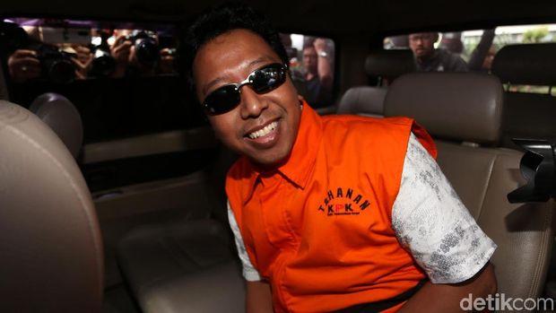 Romahurmuziy ditahan KPK. Ia nampak mengenakan rompi oranye dan kacamata hitam saat keluar dari gedung KPK.