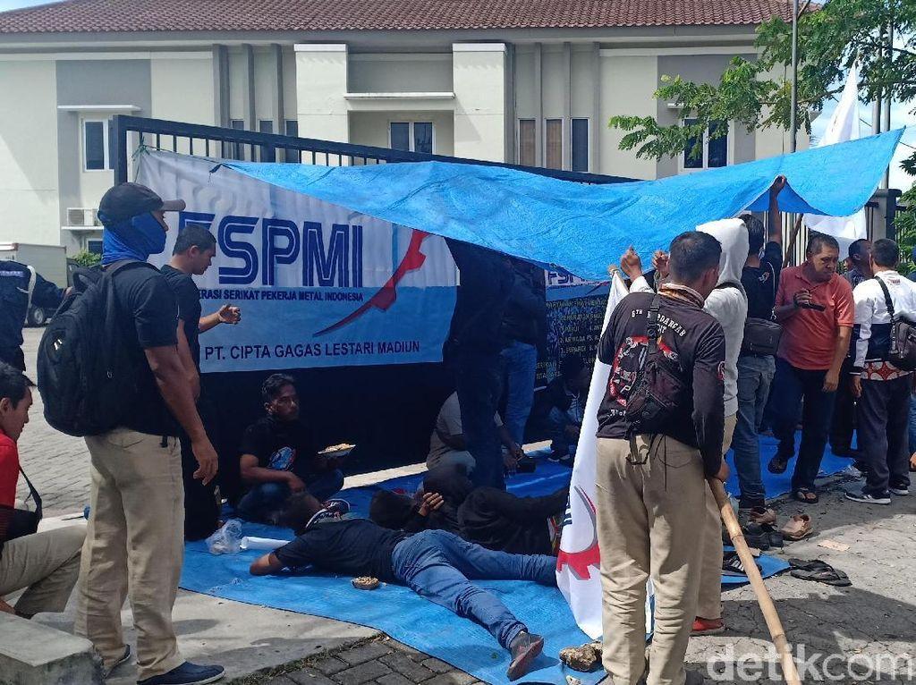 Mediasi Gagal, Buruh di Madiun Segel Gudang dengan Dirikan Tenda