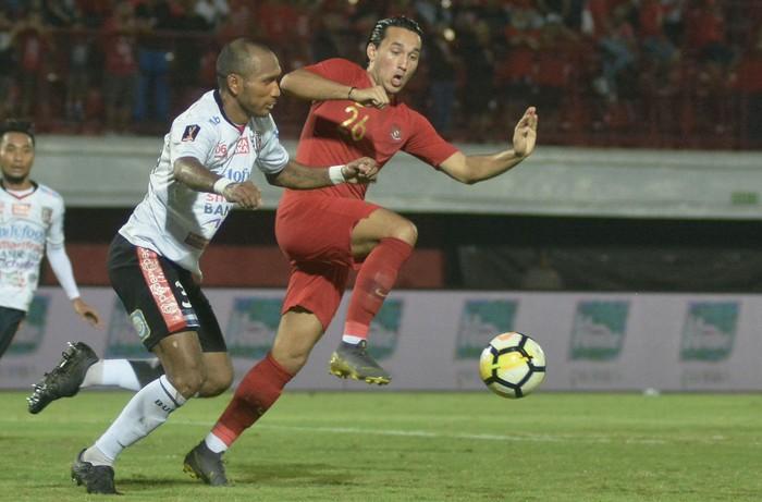 Pesepak bola Timnas U-23 Indonesia Ezra Walian (kanan) berebut bola dengan pesepak bola Bali United Leonard Tupamahu (kiri) saat pertandingan uji coba di Stadion Kapten I Wayan Dipta, Gianyar, Bali, Minggu (17/3/2019). Timnas U-23 Indonesia berhasil mengalahkan Bali United dengan skor 3-0. ANTARA FOTO/Fikri Yusuf/wsj.
