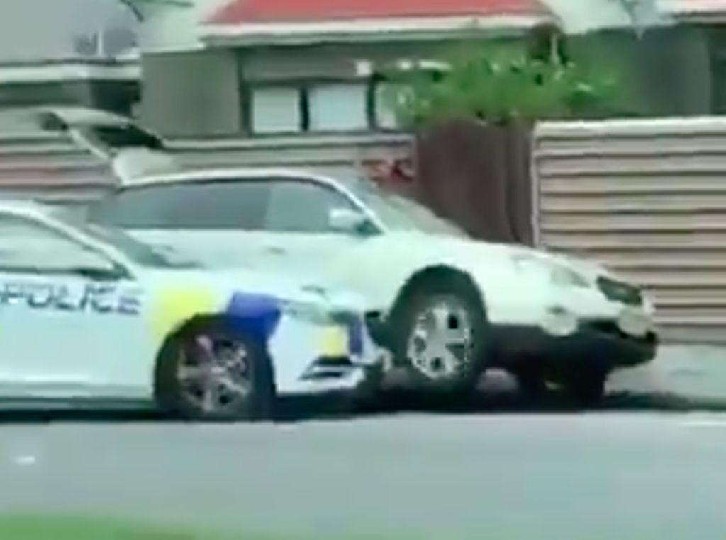 Aksi Polisi Tabrak Mobil Penembak Massal di Selandia Baru