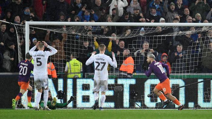 Dua gol kontroversial Manchester City ke gawang Swansea tak bisa dihindari karena tidak ada VAR (REUTERS/Toby Melville)