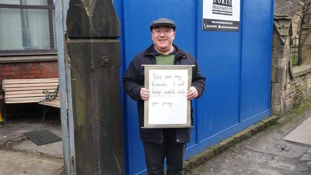 Senyum Pria Inggris yang Berjaga di Depan Masjid Usai Teror New Zealand