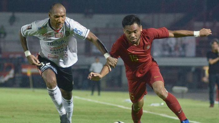 Timnas Indonesia U-23 saat berujicoba dengan Bali United. (Foto: Fikri Yusuf/Antara Foto)